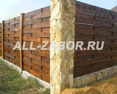 Плетеный деревянный забор с каменными столбами