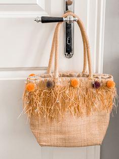 DIY - Hippie-Tasche: Upcyling mit Pompoms | The Nina Edition Straw Bag, Berlin, Blog, Dime Bags, Blogging, Berlin Germany