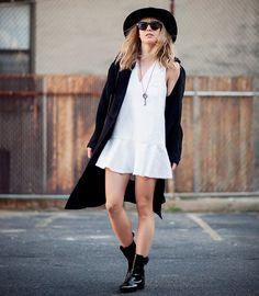 Look com vestido branco + casaco e acessórios preto.
