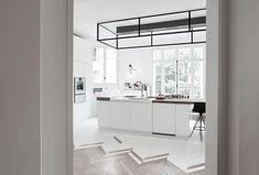 ruime-lichte-witte-keuken Kitchen Flooring, Kitchen And Bath, Double Vanity, Kitchen Island, Interior Design, Home Decor, Kitchens, Island Kitchen, Nest Design