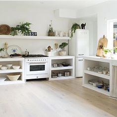 The all-white kitchen at children's book author Vicki Wood's home is simple, functional and eclectic. The founder of… Sister kitchen Küchen Design, House Design, Interior Design, Kitchen Interior, Kitchen Decor, Country Style Magazine, Concrete Kitchen, All White Kitchen, Style Deco