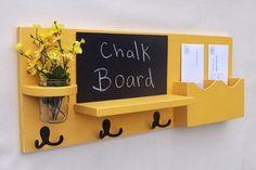 porte clé mural en bois peint jaune avec porte-courrier et patères