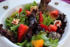 Ensalada de fresas y mandarinas con queso rebozado y vinagreta de chocolate negro. Cocinando con las chachas Blog.