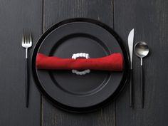 Décoration Halloween pour une table sobre et fun  http://www.homelisty.com/decoration-halloween-2015-49-idees-deco-terrifiantes/    #décoration #halloween