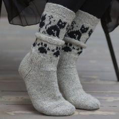 Kattefot   Pakke med oppskrift og garn til ett par sokker med kattemønster.