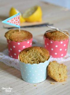 Muffins du petit-déjeuner IG bas au citron et à la vanille, parfumé à l'amande. Sans blé, sans lactose, sans mauvais sucre. Farine complète d'épeautre, son d'avoine, purée d'amande, sirop d'agave, jus de citron, vanille.