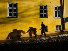 ナショジオサイトより。 「エストニアの首都タリン  支え合う2人。影からもう1つのストーリーが見えてくる」
