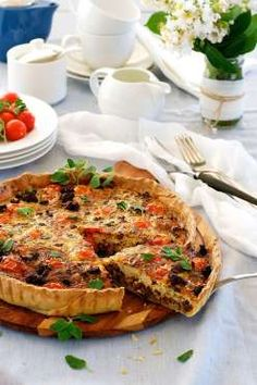 A quiche packed with Italian flavours and sausage = Italian Sausage Quiche! Made with Italian sausages and herbs, topped with cherry tomatoes, this recipe takes a traditional quiche base and adds a new spin. Quiche Recipes, Egg Recipes, Cooking Recipes, Sausage Recipes, Appetizer Recipes, Yummy Recipes, Free Recipes, Appetizers, Breakfast