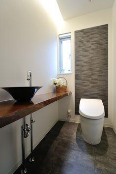 トイレ シックな色調でまとめ、造作カウンターを設置。 壁に貼ったエコカラットは、湿気やニオイを吸収してくれます。 #トイレ#グレー#モダンなトイレ#造作カウンター#太陽住宅
