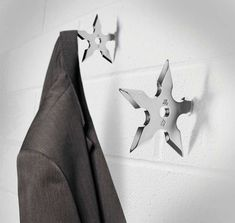 These creative Ninja Star Coat Hooks will have everybody hanging their personal coat up. Designed like the fatal ninja throwing stars they look cool Shuriken, Coat Hanger, Coat Hooks, Jacket Hanger, Modern Clothes Hangers, Clothes Hooks, Ninja Star, Geeks, Deco Originale