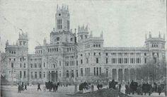 El Palacio de Comunicaciones, obra de los arquitectos Antonio Palacios y Julián Otamendi, y del ingeniero Ángel Chueca Sainz. Vemos que al terminarse en 1917 la plaza seguía denominándose Plaza de Castelar. A finales del XIX era conocida como Plaza de Madrid.
