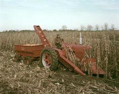 Two-Row Mounted Corn Picker on Farmall 400 Tractor Case Ih Tractors, Farmall Tractors, Old Tractors, Antique Tractors, Vintage Tractors, Vintage Farm, Logging Equipment, Old Farm Equipment, International Tractors