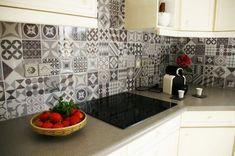 Smart Tiles : Ça Vaut le Coup ? Notre Avis & Test de la Crédence Adhésive Smart Tiles, Credence Adhesive, Creation Deco, Home Staging, Double Vanity, Tile Floor, Kitchen Cabinets, Home Decor, Houses
