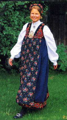 FolkCostume&Embroidery: Overview of Norwegian Costumes, part The eastern heartland Norway Clothes, Norwegian Clothing, Two By Two, Sari, Costumes, Embroidery, Heartland, Oslo, Outfits