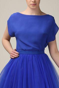 Bluse aus Seidenkrepp in Kobalt, mit V-Ausschnitt. Der Ausschnitt kann sowohl vorne als auch hinten getragen werden. Die Bluse wird eine perfekte Ergänzung des Tüllrocks sein und der wunderbare...