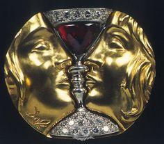 Tristán e Isolda - Dalí - 1953 -  Oro amarillo de 18 Kt Platino; Diamantes (39), talla brillante (redonda) y 8/8 (los más pequeños), de 1.0 a 3.0 mm de diámetro, aproximadamente; Granate almandino (1), cabujón triangular
