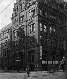 Mail & Empire (newspaper) bldg. aka the Mall Bldg. NW corner of Bay & King St. #Toronto (1913). Mail & Empire later merged w/ the Globe. (via @AemiliusJarvis)
