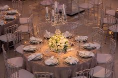 Arranjo baixo para mesa de convidados - Mix de flores brancas - Casamento moderno - Foto Espaço Hípica Luxury Buffet