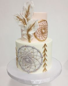 Boho chic ✨ Smooth buttercream by @francesmencias #sweetandsaucyshop #buttercreamcake #boho #fondant #dreamcatcher #feathers #gold #arrows
