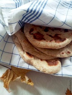 Aromatic and dense, this Indian Naan flatbread, with the addition of whole wheat flour, is prepared in a few steps and is so full of flavour.