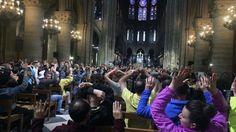 Dieses Foto zeigt Menschen in der Kathedrale Notre-Dame in Paris (Frankreich), die nach einem Angriff auf einen Polizisten vor der Kathedrale die Hände heben