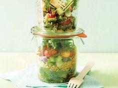 Quinoa-Arugula Layered Salad Mason Jar Meals, Meals In A Jar, Mason Jars, Salad In A Jar, Soup And Salad, Salad Bar, Healthy Salads, Healthy Recipes, Healthy Lunches