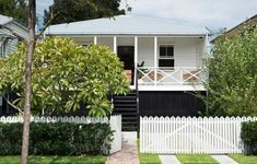 N_Love the fence & balustrade! Durham House — The Design Files Exterior Colors, Exterior Paint, Exterior Design, Paint Colors For Home, House Colors, Brisbane, Small Beach Houses, Porch Styles, Cottage Porch
