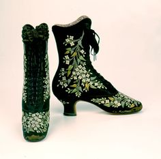 Black silk boots with floral embroidery. Jean-Louis François Pinet, Pinet's footwear was famous for its extravagant embroidery, elegant styling, and delicate 'Pinet' heel. (Bata Shoe Museum) Source by disorderlywords shoes with jeans Mode Vintage, Vintage Shoes, Vintage Accessories, Vintage Outfits, Fashion Accessories, Victorian Shoes, Victorian Fashion, Vintage Fashion, Victorian Era