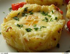Brambory oloupeme a uvaříme se solí, kmínem a česnekem. Mezitím vyškvaříme slaninu.Uvařené brambory rozšťoucháme s horkým mlékem a vyškvařenou...