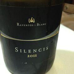 Vino seco predominando la uva Xarel.lo, aromático, color amarillo oro delicado - Silencis con D.O. Prendes