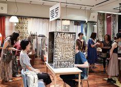 "Tobias Gutmann,來自瑞士的插畫藝術家。他有個有趣的project,自去年起,他便拖著自製的流動插畫站""Face-o-mat"",走遍了25,000英里,造訪了斯德哥爾摩、米蘭、倫敦、東京和坦桑尼亞首都Dar es Salaam等地為大眾提供肖像繪製服務。  這個裝置頗為有趣,俱有行動藝術的興味。more... ...  延伸閱讀_GoodyGoodyEason_""Face-o-mat""  https://www.facebook.com/photo.php?fbid=395427633921173&set=a.206274309503174.49311.198851760245429&type=1&theater"