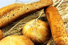 Los granos enteros o cereales integrales son ricos en fibra. La avena es el cereal con una proporción más alta de fibra soluble, ideal para bajar el colesterol. http://enfermedadescorazon.about.com/od/alimentacion-saludable/ss/Alimentos-Con-Fibra.htm