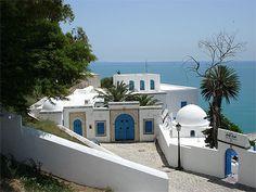 J'y suis allée..... TUNISIE  Sidi-Bou-Saïd est un véritable balcon sur la mer. Avec un rare bonheur, des éléments, architecturaux des Cyclades se mêlent à ceux de l'Andalousie.
