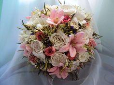 Buquês Fake by Veronica Nascimento - Confeccionado com rosetas, rosas brancas, e lírios - suave e romântico