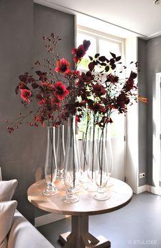 Styling van bloemen in glazen flessen bij Interiors DMF | Fotografie STIJLIDEE…