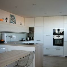 Kuchyňa plná úložného priestoru Home Kitchens, Kitchen Cabinets, Home Decor, Decoration Home, Room Decor, Cabinets, Kitchen, Home Interior Design, Dressers