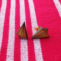 Los pendientes avioncito de origami son un regalo perfecto. Pequeños pendientes de formas simuladas en origami. Si quieres lucir cutey bohemia no dudes en adquirir esta pieza artesanal.