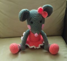 This Pin was discovered by ANG Crochet Gratis, Crochet Diy, Crochet Mouse, Crochet Amigurumi, Amigurumi Patterns, Crochet Dolls, Crochet Patterns, Patron Crochet, Crochet Animals