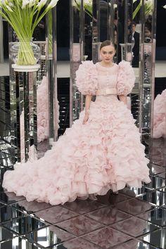 Chanel - Spring 2017 Couture Fashion Show Paris Fashion Week PFW Haute Couture Couture Week, Style Couture, Spring Couture, Haute Couture Fashion, Chanel Couture, Fashion Week Paris, Fashion Show, Fashion Design, Fashion Check