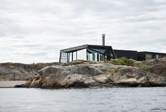 Cabin Lille Arøya by Lund Hagem Architects, between Norwegian rocks and sea Chinese Architecture, Modern Architecture House, Futuristic Architecture, Amazing Architecture, Modern Houses, Santiago Calatrava, Lund, Ideas De Cabina, Concrete Interiors