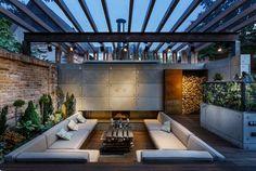 Zur Lounge Gestaltung wurde Holz, Backstein, Metall, Beton und Pflanzen verwendet