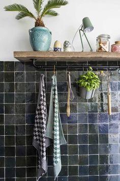 Kitchen with black tiles Kitchen with black tiles vtwonen Dorm Bathroom Decor, Small Bathroom, Bathroom Ideas, Shower Ideas, Room Tiles, Kitchen Tiles, Modern Kitchen Design, Interior Design Kitchen, Black Kitchens