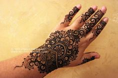 The flow up the center and down the fingers appeals to me. Mehendi, Mehndi Art, Henna Mehndi, Henna Art, Henna Designs Easy, Henna Tattoo Designs, Mehandi Designs, Henna Tattoos, Tattoo Ideas