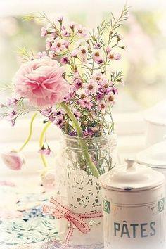 庭先に咲いた花々も、瓶にレースのナブキン&リボンでさりげなくドレスアップ。リボンとの色を合わせるとお洒落になりますね。