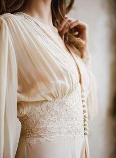 Vestidos de noiva vintage estão entre as tendências para noivas modernas, que não abrem mão do romantismo. Quer dicas para escolher o seu vestido ideal? Acesse o blog e inspire-se. #noiva #bride #vestidodenoiva #weddingdresses #weddingtrends #vintage Chic Vintage Brides, Vintage Mode, Vintage Bridal, Dress Vintage, Vintage Weddings, Lace Weddings, Vintage Corset, Vintage Hats, Vintage Lingerie