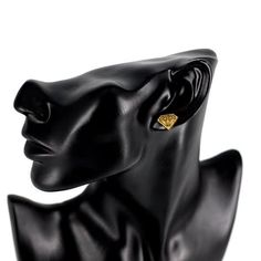 Pieni timantti -nappikorvakorut  Käy omasi tästä: Pieni timantti -nappikorvakorut ovat upea lisä tyyliisi! Korvakorujen koko on 1,4 cm. Valikoimistamme löydät myös muita Timantti aiheisia tuotteita, joihin pääset klikkaamalla tästä.  #samaskoru #korut #korvakorut Leather, Fashion, Moda, Fasion, Trendy Fashion, La Mode