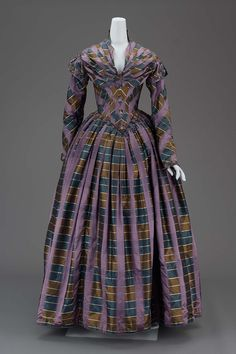 American, woven silk plaid with cotton-glazed lining, linen-glazed inner bodice lining, silk twill binding tape and silk floss needleworked buttons. 1800s Fashion, 19th Century Fashion, Victorian Fashion, Vintage Fashion, 50 Fashion, Gothic Fashion, Fashion Women, 1800s Clothing, Antique Clothing