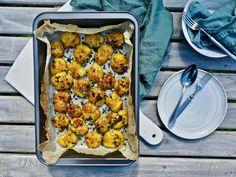 Lyttyperunat ruohosipuli-voikastikkeessa — Peggyn pieni punainen keittio Chana Masala, Tapas, Curry, Food And Drink, Ethnic Recipes, Curries
