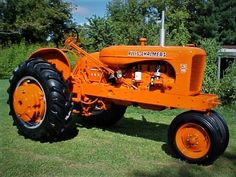 DEUTZ happily sucked up the tractor division for peanuts and destroyed it immediately.they knew how good the dealer network was. Antique Tractors, Vintage Tractors, Old Tractors, Cat Farm, Allis Chalmers Tractors, Tractor Implements, American Pickers, Classic Tractor, Farmer's Daughter