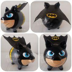 - Little Pigs Workshop Batman, Color Crafts, Money Box, Little Pigs, Diy Painting, Workshop, Geek Stuff, Piggy Banks, Marvel Dc